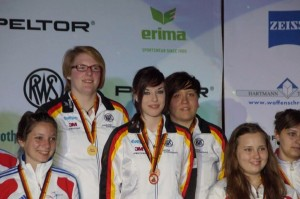 Siegerehrung 60 liegend Team Juniorinnen IWK Suhl 2013 600830_658468210845535_162878123_n_ji